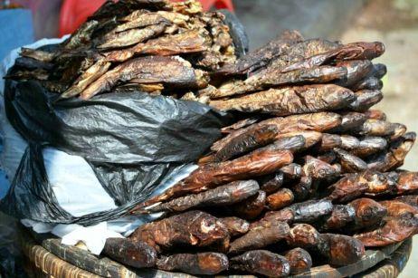 Una din sursele de miros din Kathmandu - peştele afumat