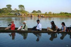 Traversăm râul, tot în canoe