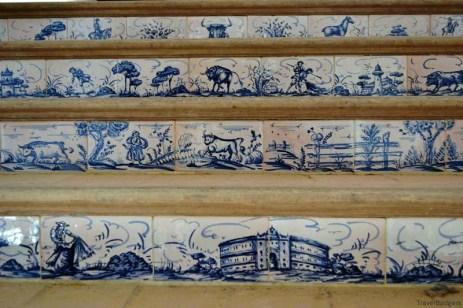 Treptele ce duc la tribunele superioare sunt decorate în ceramică cu scene din lupta cu taurii