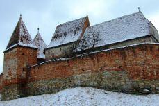 Zidurile roșiatice ale cetății din Alma Vii