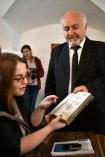 Profesorul Vasile Oltean citeşte în chirilice