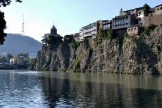 Tbilisi și malurile abrupte ale lui Mtkvari