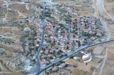 Deasupra micului orășel Çavuşin