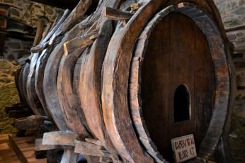 Butoi vechi de mare capacitate folosit de călugări pentru stocarea vinului