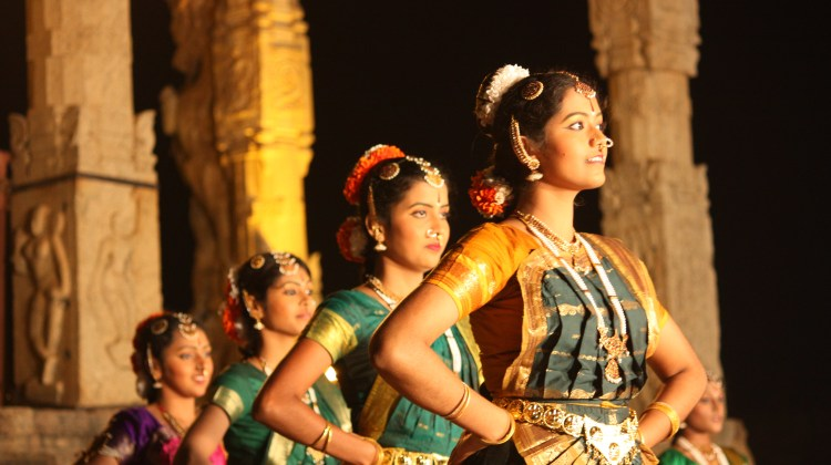 Indian-dancers-in-saris