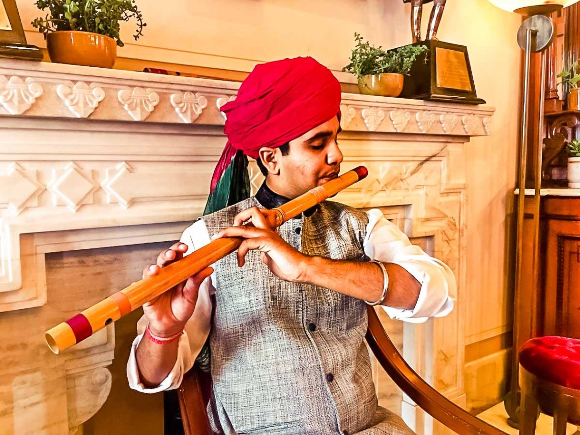 Flutist entertaining diners in Risala