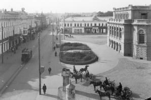 Большая Покровская, Театральная площадь