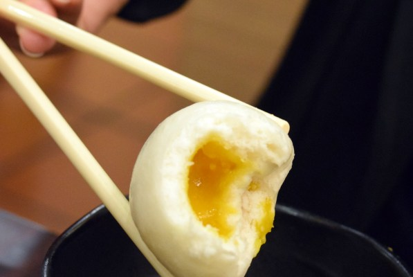 """בסין אוכלים כמובן בעזרת מקלות אכילה - """"צ'ופסטיקס"""" (צילום: טל ניצן)"""