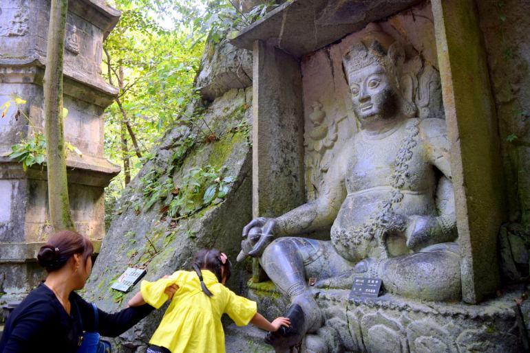 אמונות עממיות עדיין רווחות - מבקרים משפשפים את רגל הפסל למזל (צילום: טל ניצן)