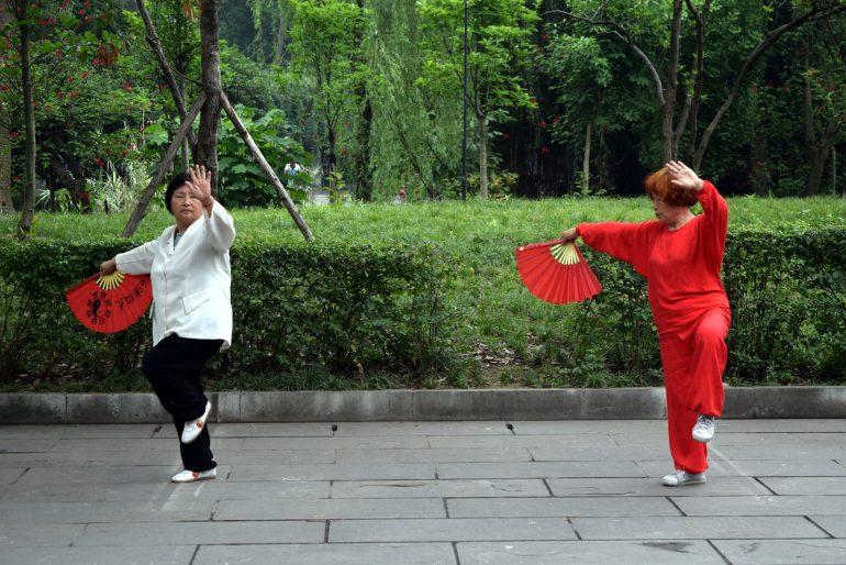 הסינים המבוגרים אוהבים לנצל את השטחים הפתוחים בפארקים להתעמלות (צילום: טל ניצן)