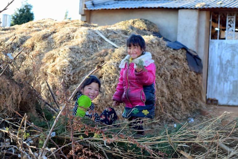 ילדות חברותיות באחד מכפרי הסביבה (צילום: טל ניצן)