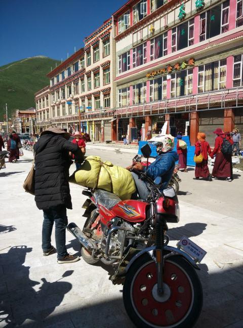 נזירים ואנשים בסמוך לשוק המקומי (צילום: חיים קלאי)