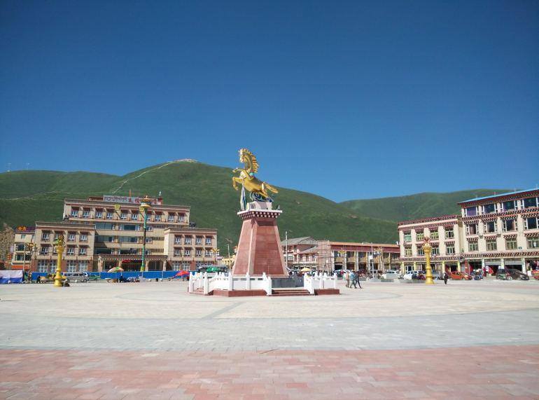 כיכר סוס הזהב במרכז העיירה סדה (צילום: חיים קלאי)