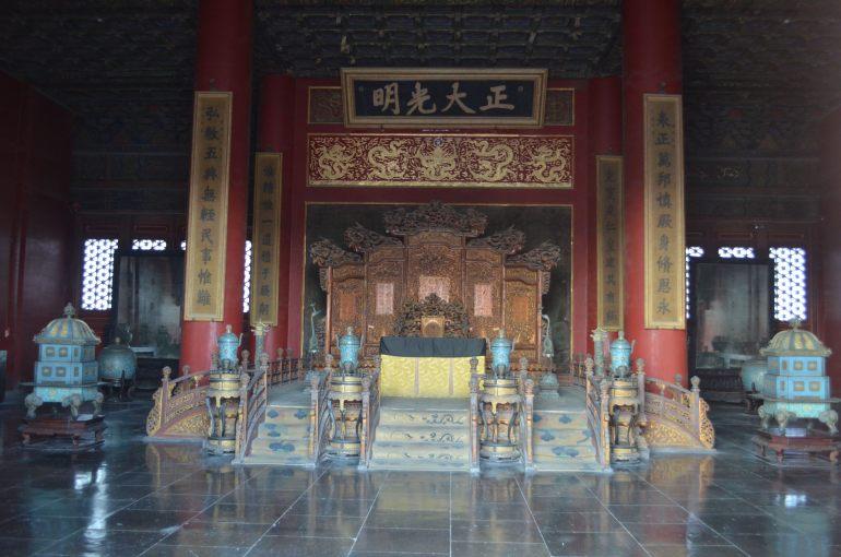 ארמון הטוהר השמיימי - מאחורי השלט נהגו להחביא את שמו של יורש העצר (צילום: נוגה פייגה)