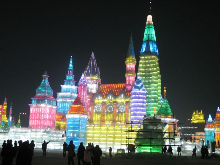 מבני הקרח בפסטיבל מוארים בלילה בשלל אורות צבעוניים (צילום: ג. א.)