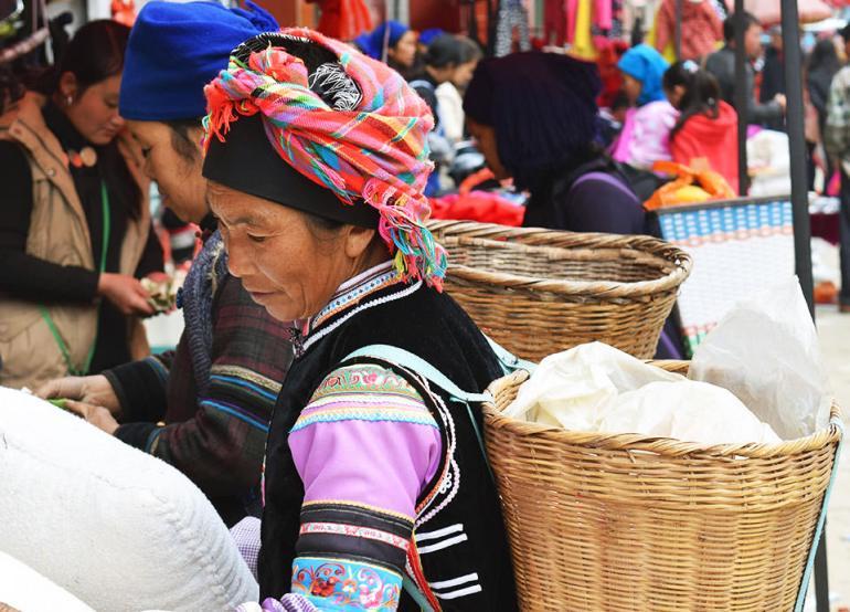 בנות מיעוט חאני ואי בשוק ביואן-יאנג (צילום: טל ניצן)