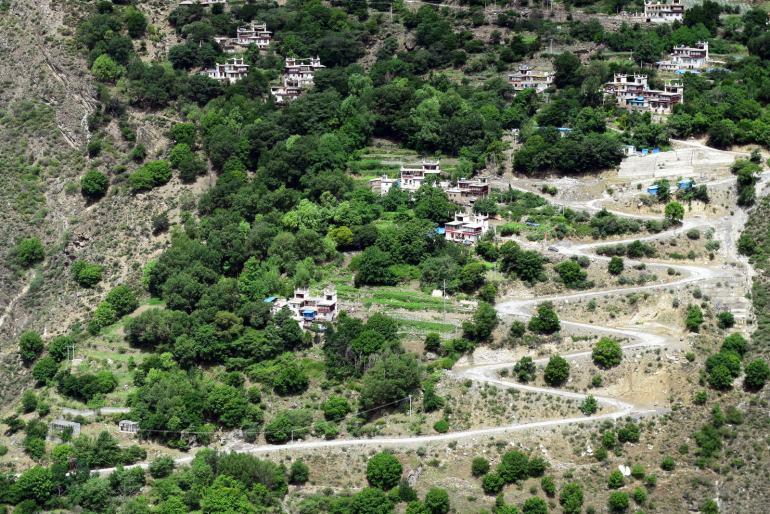 דרכים מפותלות מלאות מהמורות מובילות לכפרים הקטנים יותר (צילום: טל ניצן)