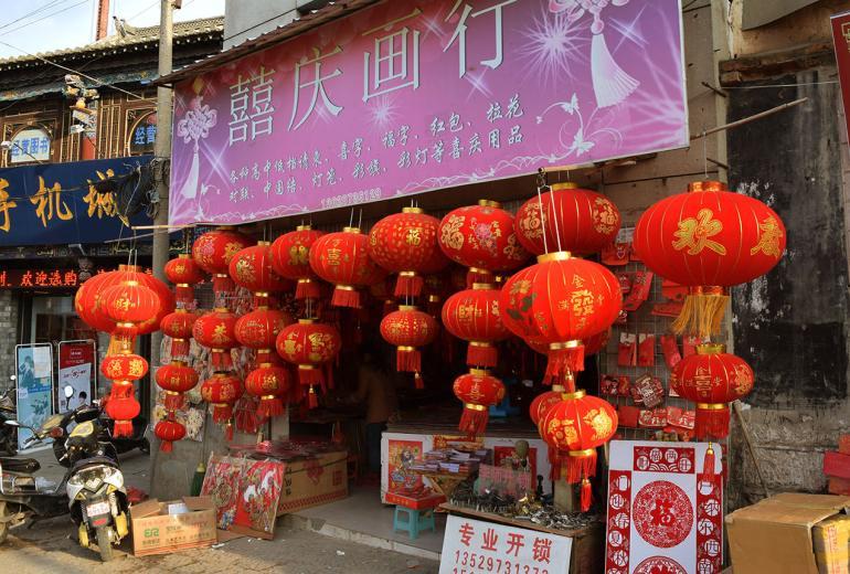 לקראת החג חנויות רבות מוכרות קישוטים ופנסים אדומים לרוב (צילום: טל ניצן)