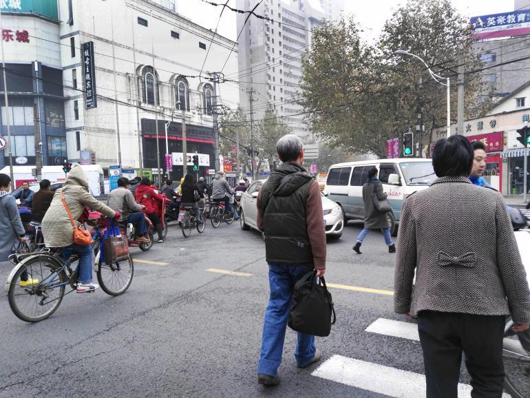 חציית כביש בסין. חוויה מפחידה המדמה משחק מחשב (צילום: נוגה פייגה)