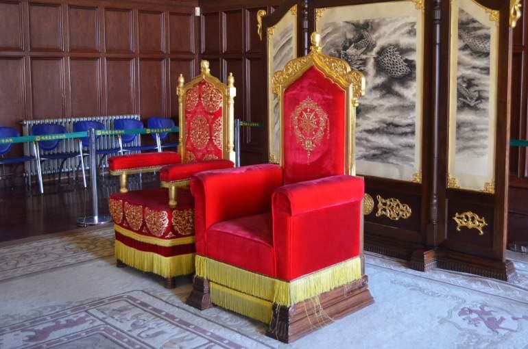 הארמון של פו-יי. כסים מפוארים בחדר הבידור ששימש לצפייה בסרטים (צילום: נוגה פייגה)