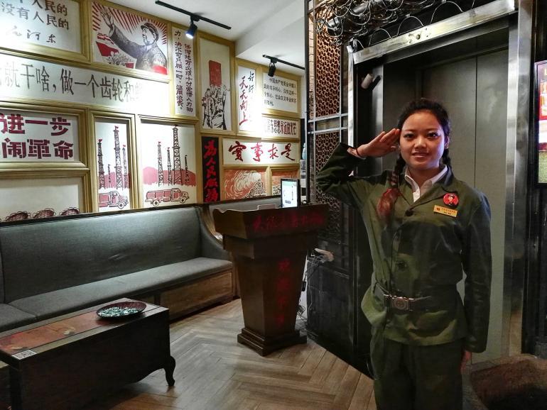 """מסעדה בסגנון """"אדום"""". נוסטלגיה לתקופת מאו (צילום: נוגה פייגה)"""