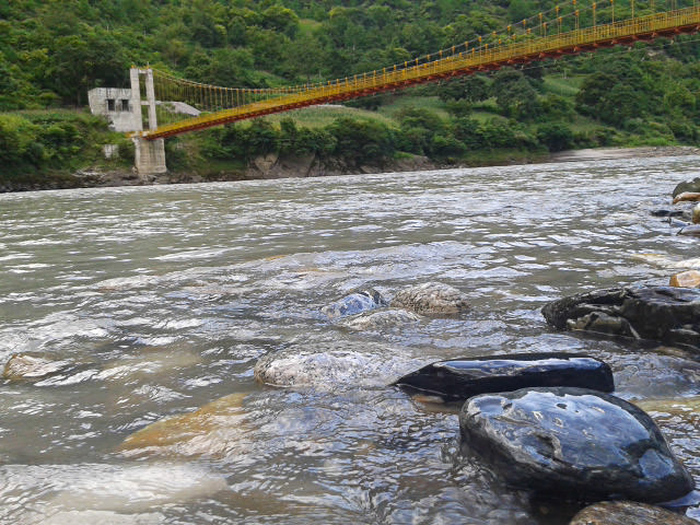 גשר מעל הנו ג'יאנג. הממשל הסיני בונה גשרים להחליף את החבלים (צילום: חיים קלאי)