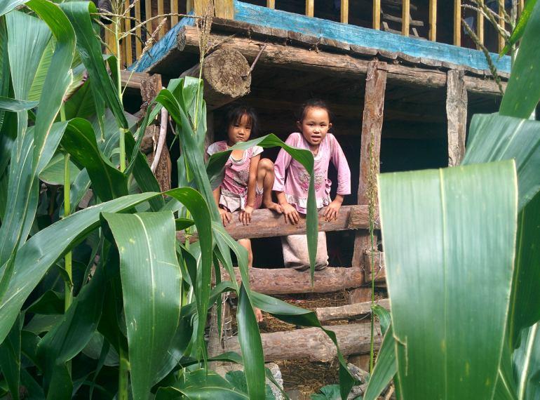 ילדות סקרניות בכפר צ'ה-לה (צילום: אלון בן-פורת)