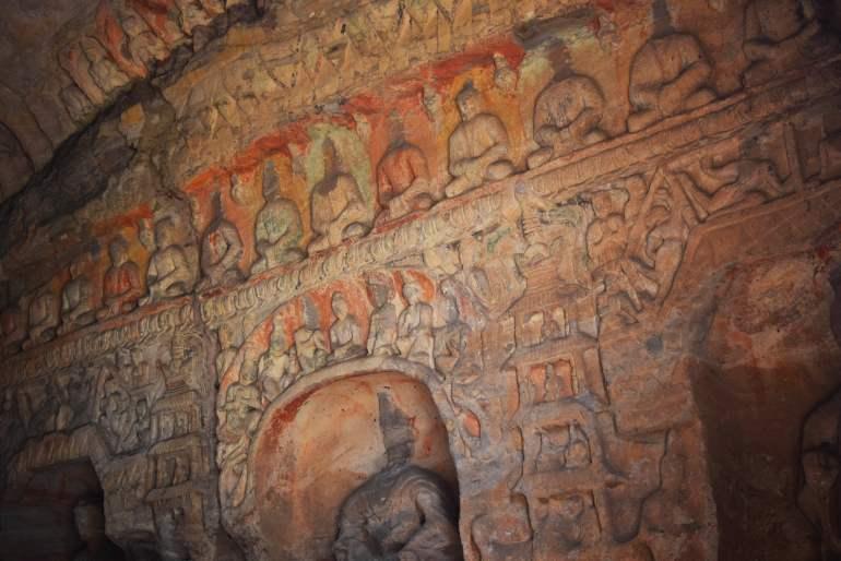 בחלק מהמערות נשמר קצת מהצבע על הגילופים והפסלים (צילום: טל ניצן)