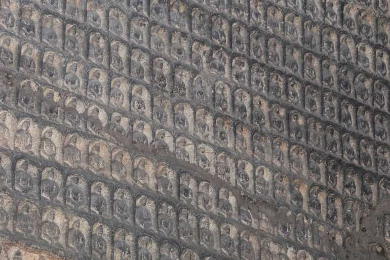 אלפי גילופים קטנים על קירות המערות (צילום: טל ניצן)