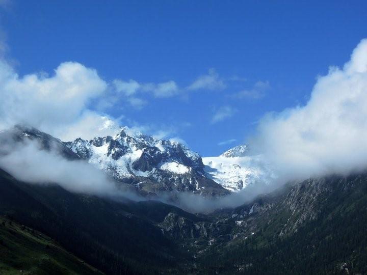 הרים מושלגים ברקע המקדשים (צילום: איימי טאן)