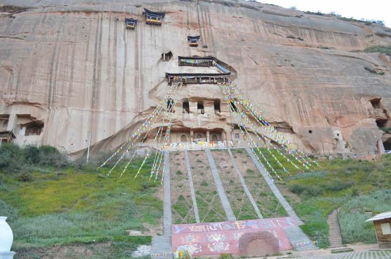 מקדש מאטי. מערות החצובות על צוק בגובה מאה מטרים (צילום: נוגה פייגה)