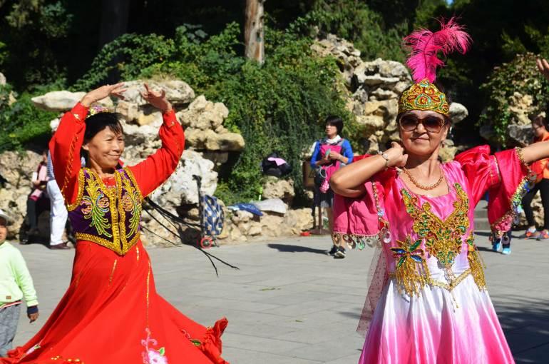 ריקודים מסורתיים בבייחאי. מקום בילוי לתיירים ולמקומיים כאחד (צילום: נוגה פייגה)