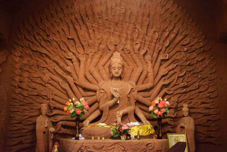 פסלה של גואנין, אלת הרחמים, בעלת הידיים הרבות (צילום: טל ניצן)