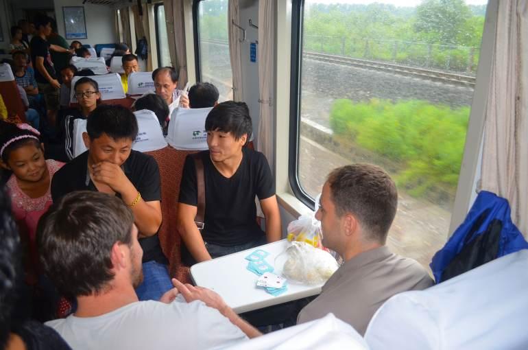 נסיעה ברכבת בסין. ההתרגשות ממערבים גדולה (צילום: נוגה פייגה)