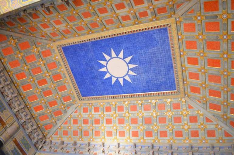 תקרת היכל ההנצחה לזכרו של סון יאט-סן. זכר נדיר למפלגה המתחרה, הגואומינדאנג (צילום: נוגה פייגה)