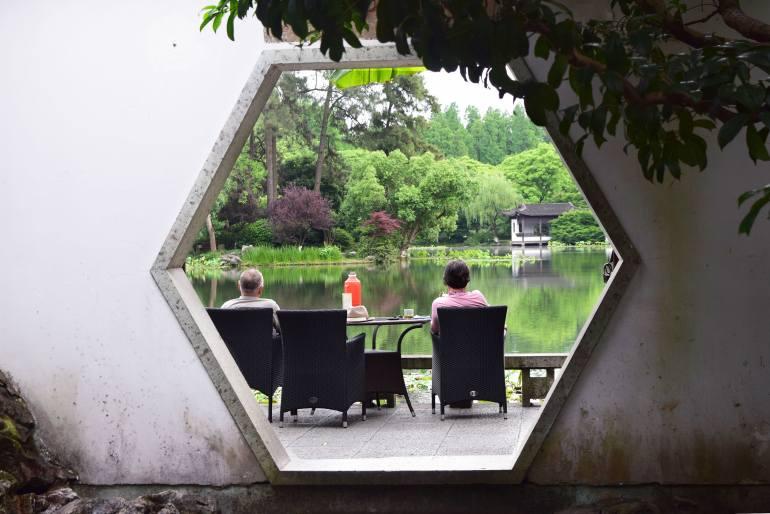 זוג מבוגרים סינים שותה תה בגן (צילום: טל ניצן)