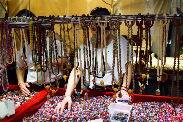 """דוכן שרשראות """"עשה זאת בעצמך"""" בשוק הלילה (צילום: טל ניצן)"""