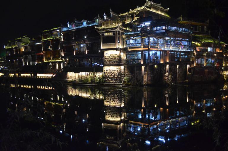 פנגחואנג בלילה. שווה להשאר ולהנות מהאורות (צילום: נוגה פייגה)