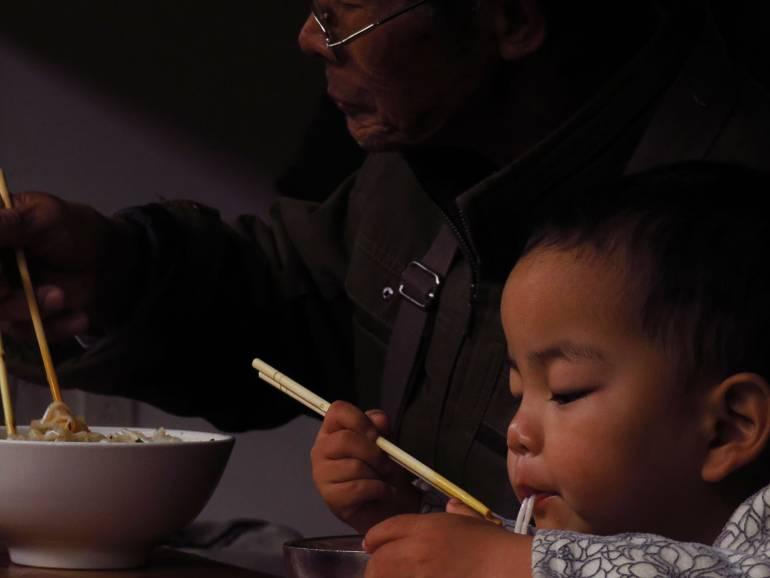 מקומיים אוכלים את איטריות האורז המפורסמות, ש'י-שואנג-באנה (צילום: דור חג'בי)