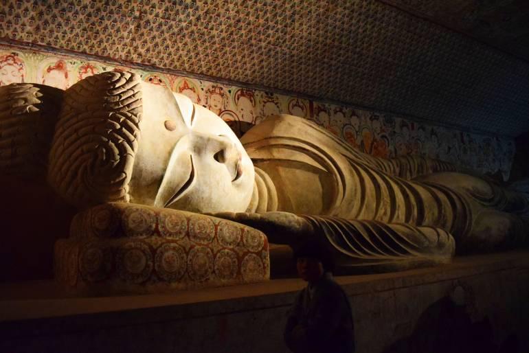 פסל בודהה שוכב במערות. שרד שנים של הרס ובזיזות (צילום: טל ניצן)