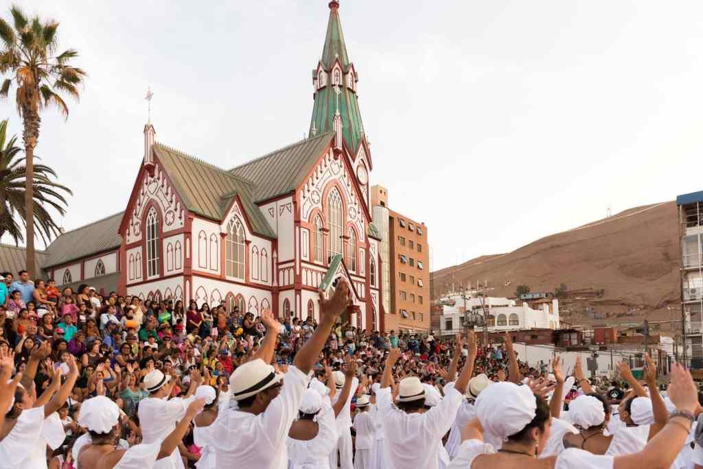 Danseurs et parade au carnaval d'arica au nord du Chili