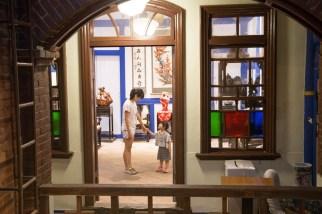 店內保有百年建築的設計風格以及三種時期的設計特色。
