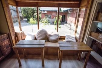 舒適的座位可以看見三合院的樣貌,附近還有小樹林可以乘涼