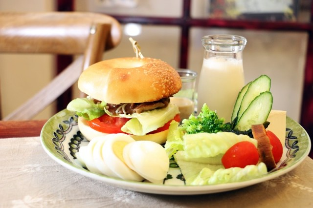 02_紅葉食趣_好吃貝果,與雞腿排、番茄、生菜等組合出「醬燒雞腿排貝果」,並附有沙拉、豆漿和水煮蛋