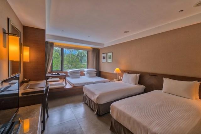 01-大板根_酒店區四人客房適合家庭入住,窗外就是蓊鬱的森林