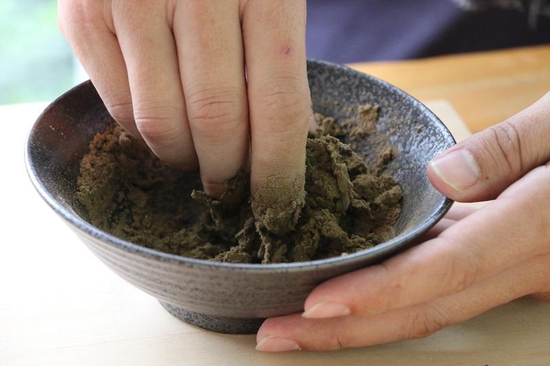 02-草本傳奇香草園區-倒入小杯清水與複方草粉揉捏成團,體驗親手製香的樂趣吧!