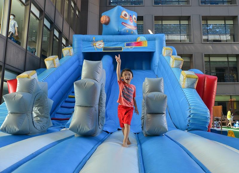04-蘭城晶英_吉祥物藍寶氣墊滑梯超好玩