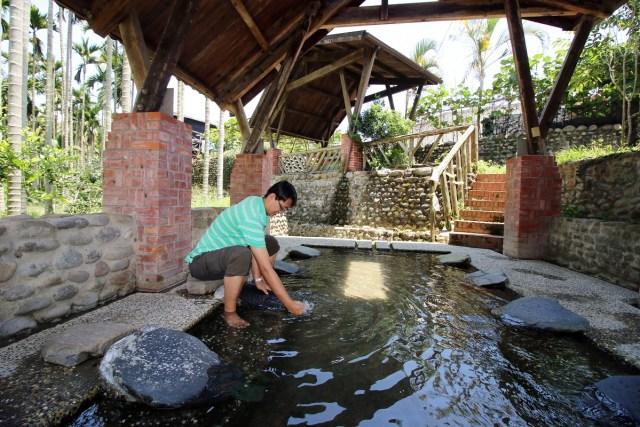 02.「阿嬤的洗衣場」內有清澈的山泉水,大小朋友都愛來此戲水消暑。