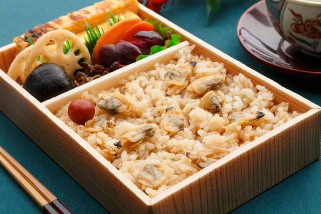 太郎製作加滿蛤蜊的深川便當,吃進口的是滿滿江戶下町的懷舊感