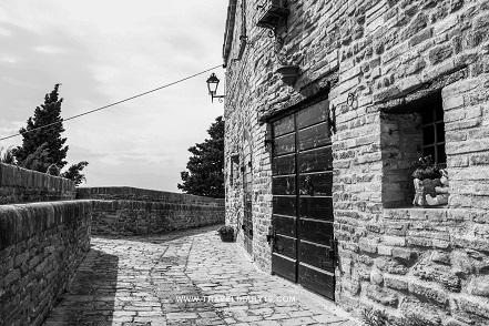 Un vicolo dei castelli in aria di Arcevia